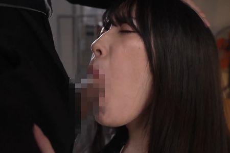 撮られた卑猥な写真をネタの脅されイラマチオで口内射精される[藤井いよな](写真は口内射精を受けている様子)