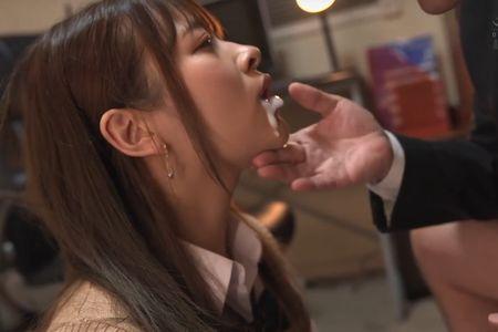 教師に腰を突き込まれ口内へ精液を射精されてしまった[南乃そら](写真は精液を吐き出す様子)
