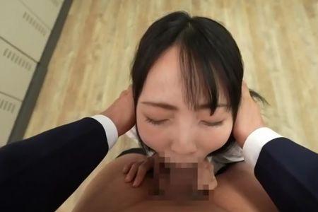 小さな頭を軽く押さえ付けられ口内射精される[美ノ嶋めぐり](写真は口内射精されている様子)