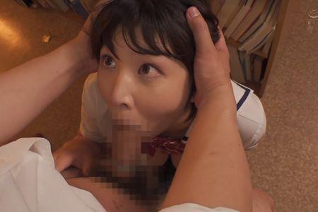 図書室の床に座り自分の口をマンコにされて口内射精させる[瀬田一花](写真は口内射精を受けている様子)